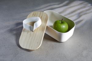 Nachhaltige Lunchbox mit Bambusdeckel und integriertem Elastikband