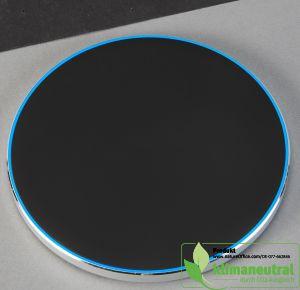 Wireless Charger 10 W in schwarz mit Aluminiumschale und rutschsicherer Oberfläche